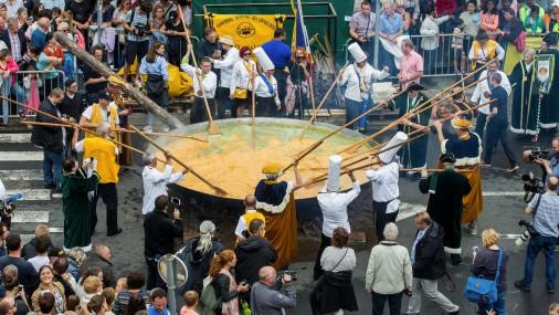 Beļģijas pilsēta izcep milzu omleti