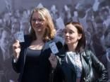 Cilvēki bauda baltā galdauta svētkus Rīgā