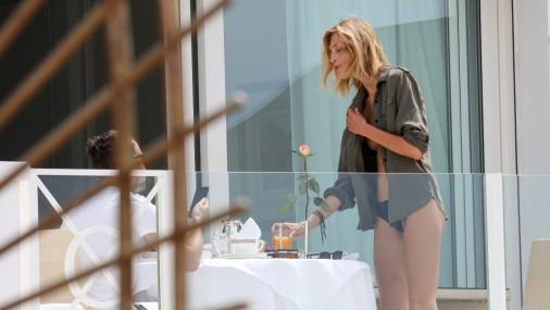 Poļu modele Kannās uz balkona rīta kafiju bauda puskaila