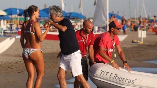 Andrea Bočelli ar sievu bauda romantisku atpūtu pludmalē