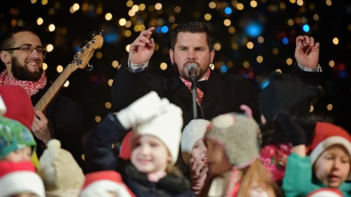 Интарс Бусулис с песней зажигает самую большую рождественскую ель в Латвии