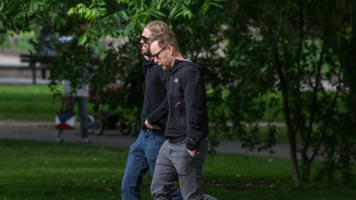 «Foo Fighters» dalībnieki ieziet vakara pastaigā pa Rīgas ielām