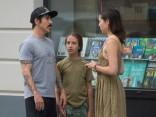 """""""Red Hot Chili Peppers"""" mierīgā pastaigā izbauda Rīgas silto laiku"""
