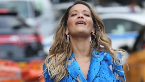 Rita Ora filmēšanas laikā piedzīvo neveiklu situāciju
