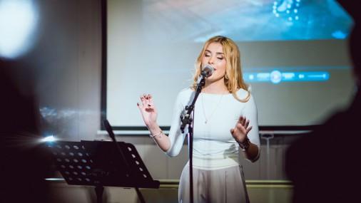 Jaunā dziedātāja Patrisha prezentē jaunu dziesmu