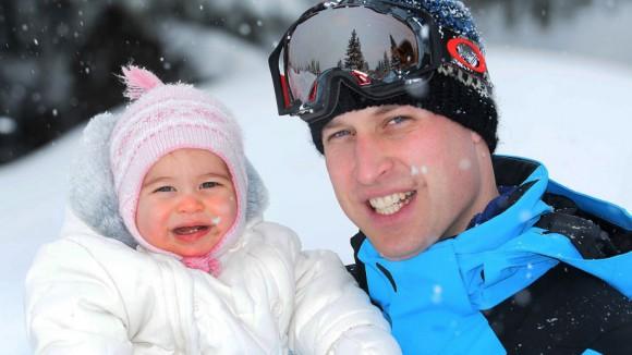 Принц Уильям с семьей на зимней прогулке