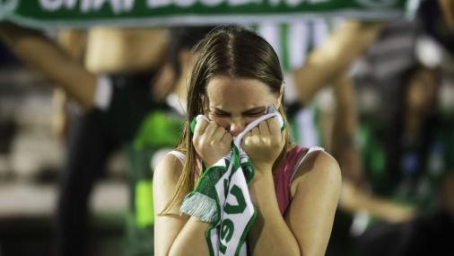 Brazīlijas futbola fani sēro par bojāgājušajiem futbolistiem