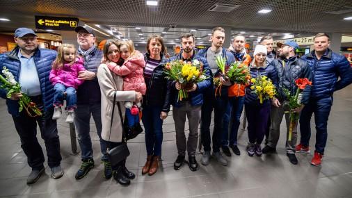 Дома празднично встречают латвийскую команду по скелетону