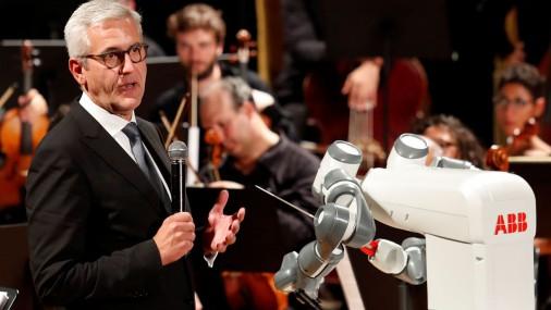 Andrea Bočelli dziedājis robota diriģētā koncertā