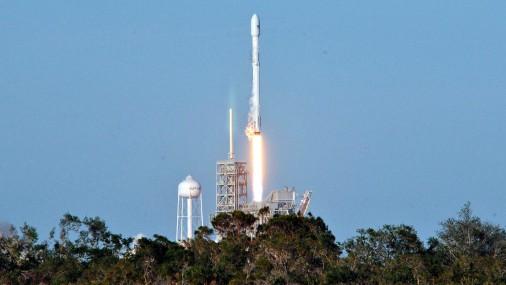 «SpaceX» veic pirmo atkārtoto vairākkārt lietojamās raķetes startu