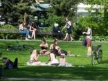 Rīdzinieki un pilsētas viesi bauda vasarīgo laiku