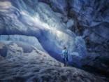 Pastaiga pa kūstošā Atabaskas ledāja zilajām ledus alām