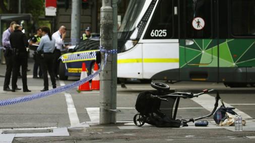 Automobilis Austrālijā ietriecas gājēju pūlī