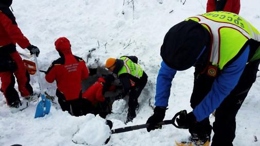 Glābšanas darbi pie lavīnas apraktās viesnīcas Itālijā