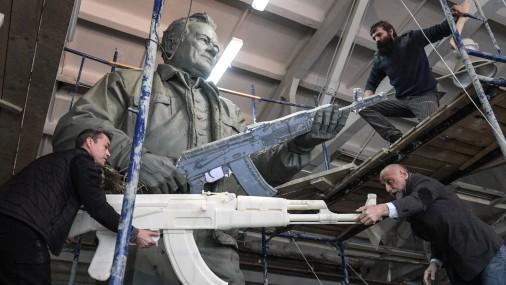 Kā Krievijā top piemineklis Mihailam Kalašņikovam