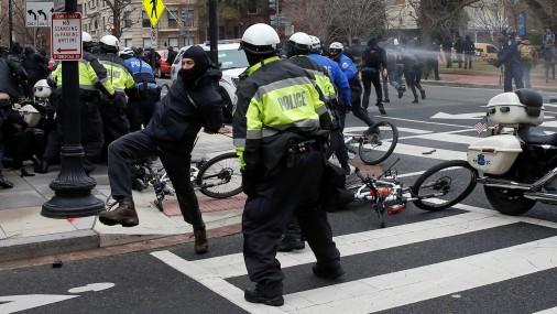 Trampa inaugurācijas laikā Vašingtonā notiek agresīvu demonstrantu sadursmes ar policiju