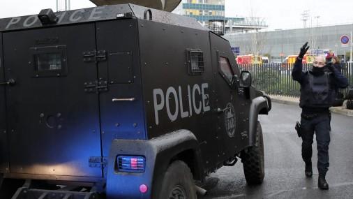 ЧП в парижском аэропорту, где произошло нападение на полицейского