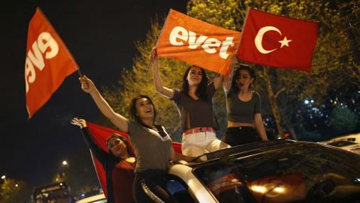 Сторонники Эрдогана ликуют на улицах городов Турции