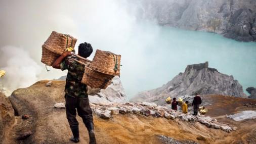 Рабочие на острове Ява добывают серу из активного вулкана