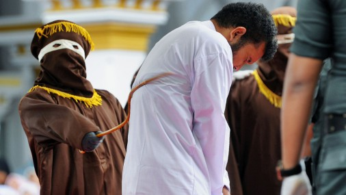 В Индонезии наказали гей-пару - 86 ударов палкой