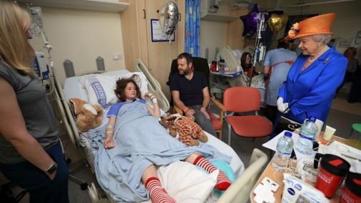 Елизавета II навестила в больнице детей, раненных во время теракта в Манчестере