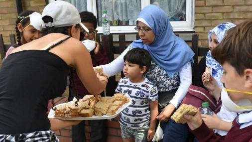 Жители помогают одеждой и едой пострадавшим в пожаре в Лондоне