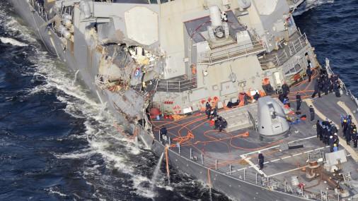 Столкновение военного корабля США с грузовым судном в Японии