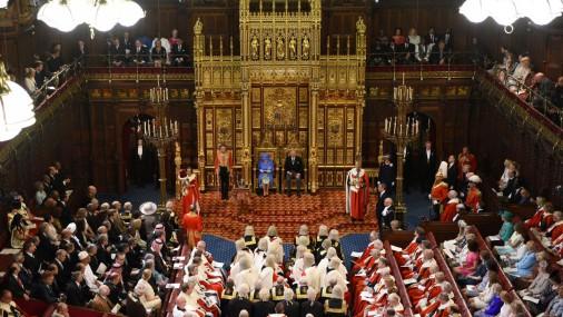 Karaliene Elizabete II atklāj parlamenta jauno sasaukumu
