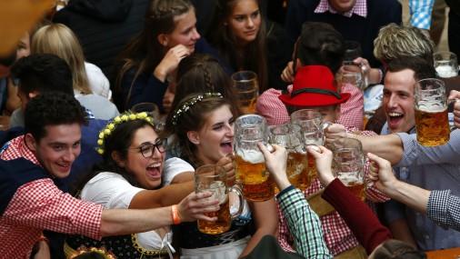 Oktoberfest alus festivāla atklāšana Minhenē