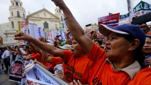Filipīnās tūkstošiem cilvēku protestē pret Dutertes stingrajiem likumiem