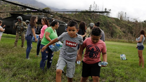 ASV armijas brigāde nogādā ūdeni un pārtiku Puertoriko iedzīvotājiem