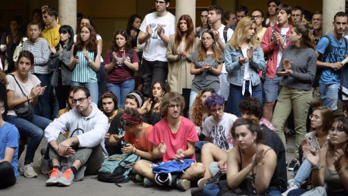 Pēc katalāņu separātistu apcietināšanas ielās iziet tūkstošiem protestētāju