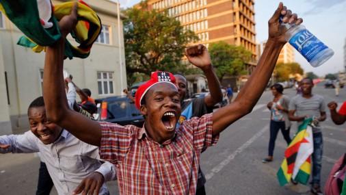 Жители Зимбабве празднуют уход в отставку президента Мугабе