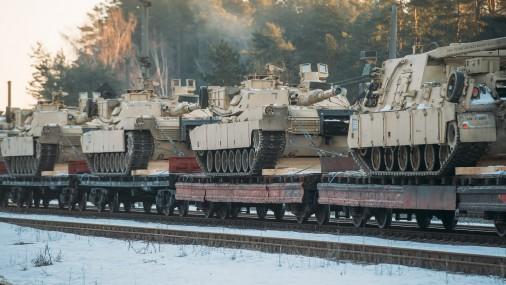 """Latvijā ierodas ASV """"Abrams"""" tanki un """"Bradley"""" bruņumašīnas"""