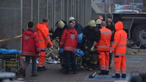 """Traģēdija veikalā """"Maxima"""": notikuma vietā turpina strādāt glābēji"""