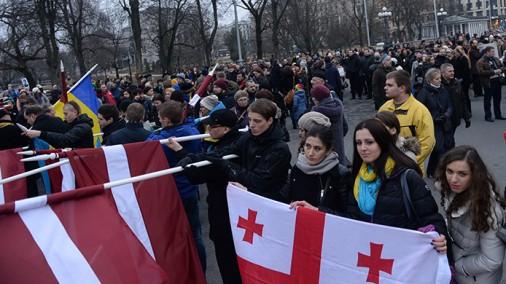 Ukrainas atbalstītāji pulcējas pie Brīvības pieminekļa