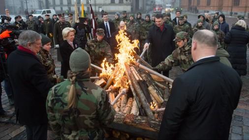 Doma laukumā iededz barikāžu atceres dienai veltītu ugunskuru