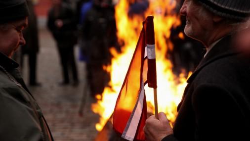 Pie Saeimas iededz barikāžu atceres dienai veltītu ugunskuru