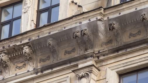 Опасный фасад зданий в Риге