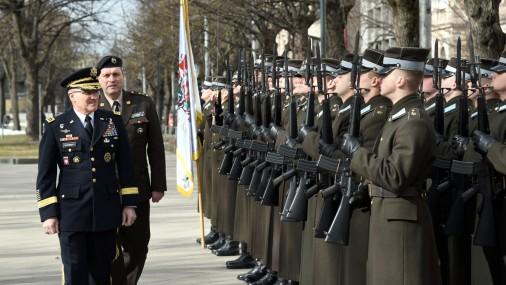 В Ригу прибыл главнокомандующий Объединенными силами НАТО в Европе генерал Кертис Скапаротти