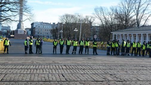 Утро 16 марта. Полицейские собираются у памятника Свободы