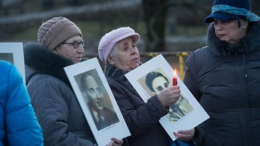 Люди собрались у памятника Свободы почтить память погибших в гетто и концлагерях