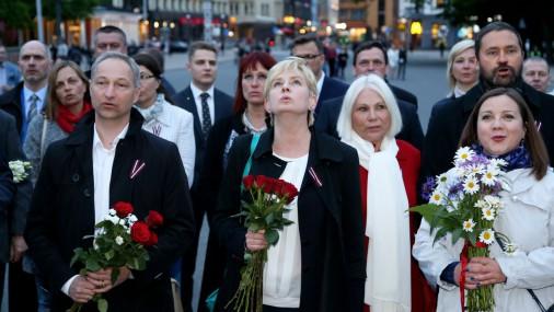 Новая консервативная партия поет гимн у памятника Свободы