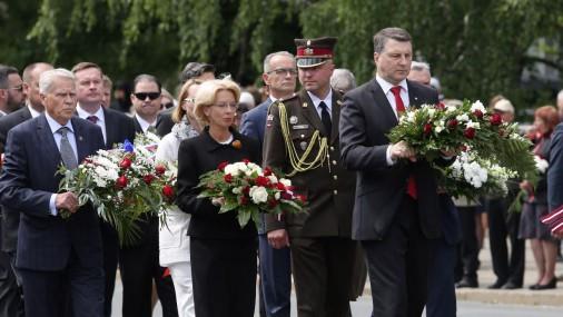 Возложение цветов у памятника Свободы в честь памяти жертв коммунистического геноцида