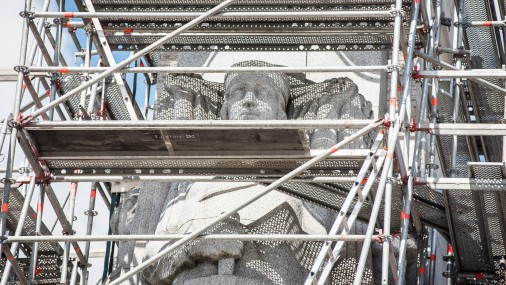 Памятник Свободы окружили стеллажи