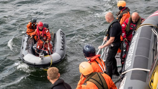 Военные США и Балтии осваивают навыки выживания в море