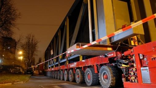 Naktī pa Rīgas ielām pārved nestandarta kravu