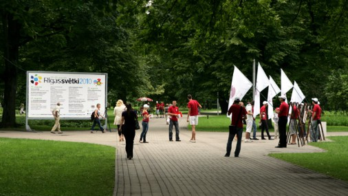 """В Верманском парке молодежь пикетирует против политики """"Единства"""""""