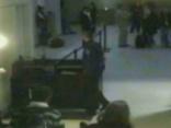 Haoss lidostā skūpsta dēļ
