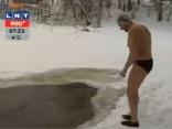 Latvijai 15 medaļas ziemas peldēšanā